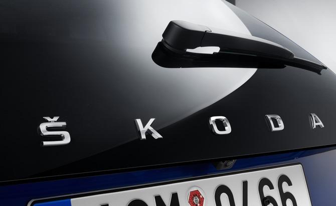 """SKODA SCALA: neuer Name für neues Kompaktmodell. Neben der hochmodernen technischen Ausstattung, die sonst nur in höheren Fahrzeugklassen zu finden ist, zeichnet sich der SKODA SCALA auch durch die weiterentwickelte Formensprache von SKODA aus, zu erkennen an der Aufschrift SKODA auf der Hecktür, die mit dem SKODA SCALA nun erstmalig auch auf europäischen SKODA Serienmodellen zu finden ist. Weiterer Text über ots und www.presseportal.de/nr/28249 / Die Verwendung dieses Bildes ist für redaktionelle Zwecke honorarfrei. Veröffentlichung bitte unter Quellenangabe: """"obs/Skoda Auto Deutschland GmbH"""""""
