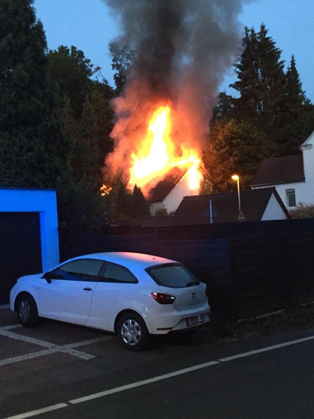 Kurz nach Eintreffen der ersten Einsatzkräfte schlugen die Flammen bereits durch das Dach