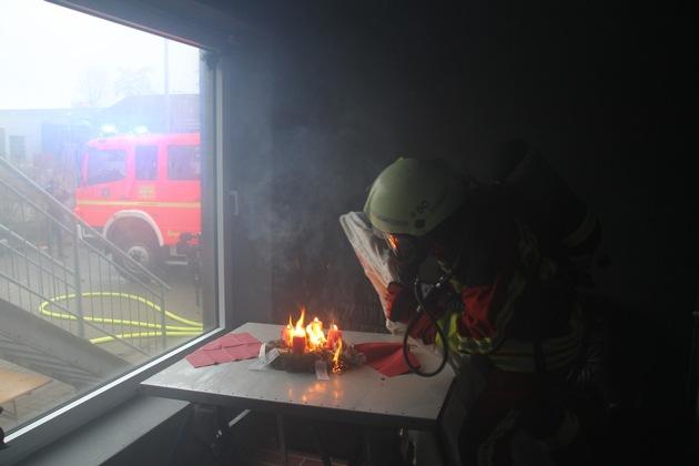 Nicht selten muss die Feuerwehr brennende Gestecke löschen. Foto: LFV SH/Bauer
