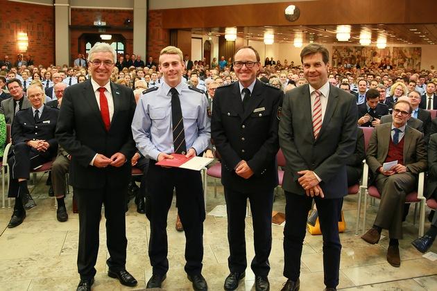 Kevin Christmann vom Polizeipräsidium Westpfalz beendete das Polizeistudium an der Hochschule der Polizei als Jahrgangsbester. Zu den ersten Gratulanten zählten Staatsminister Roger Lewentz, der Leiter der Hochschule der Polizei, Friedel Durben und der Leitende Kriminaldirektor Elmar May vom PP Westpfalz.