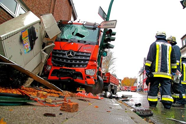 Der LKW wurde von der Fassade und einem Ampelmast gebremst. Foto: Mike Filzen