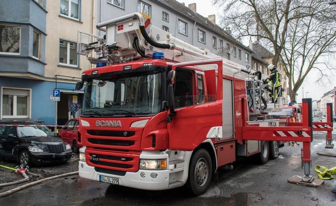 Bild: Feuerwehr Bochum / Einsatz des Teleskopmasten der Werkfeuerwehr ThyssenKrupp Steel
