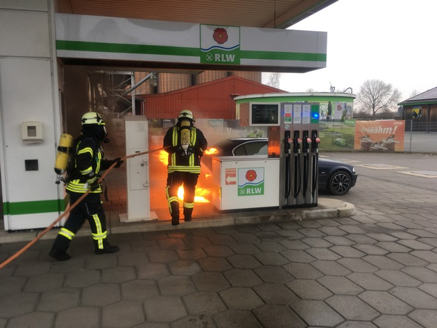FW Lage: Brennt PKW auf Tankstelle - 25.03.2018 - 18:42 Uhr