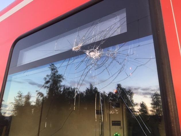 BPOL NRW: Hauptbahnhof Gelsenkirchen - Jugendliche bewerfen RE 2 mit Steinen - Bundespolizei ermittelt nach gefährlichen Eingriff in den Bahnverkehr