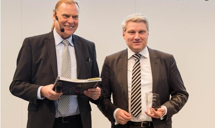 Professor Dr. Ronny Fürst, CEO und Kanzler der AKAD University (rechts), nimmt den eLearning Award auf der didacta entgegen.