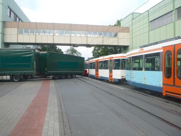 POL-BI: Unfall zwischen Lkw und Stadtbahn