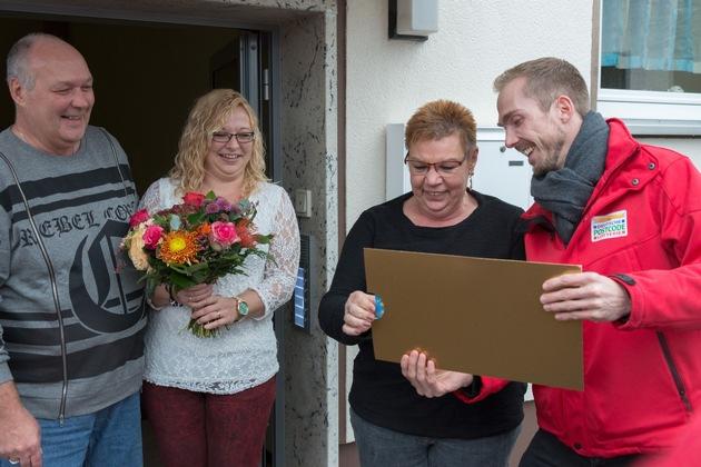 Große Spannung bei Straßenpreis-Gewinnerin Angelika (m.r), hier mit Ehemann Kurt (l.), Tochter Yvonne (m.l.) und Postcode-Moderator Felix Uhlig (r.). Fotocredit: ?Postcode Lotterie/Wolfgang Wedel?