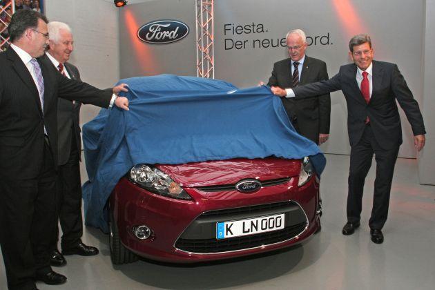 """Die Produktion des neuen Ford Fiesta ist am Donnerstag, 14. August 2008, in Anwesenheit von NRW-Ministerpraesident Dr. Juergen Ruettgers, im Koelner Ford-Werk offiziell angelaufen. Weltweit ist Koeln das erste Ford-Werk, in dem die siebte Fiesta-Generation gebaut wird. Bis zum Jahr 2010 folgen Produktion und Markteinfuehrung der auf die jeweiligen Kontinente zugeschnittenen Fiesta-Versionen in Asien und Amerika. Die Produktionsstaetten sind in China (Nanjing) und in Thailand (Rayong) sowie in Cuautitlan in der Naehe von Mexiko-Stadt, wo die Fiesta-Version fuer die USA ab dem Fruehjahr 2010 gebaut wird. Das Koelner Fiesta-Stammwerk beliefert rund 50 Laender bei einer Exportquote von ueber 80 Prozent. Bei voller Auslastung rollen taeglich rund um die Uhr mehr als 1.900 Ford Fiesta und Ford Fusion im flexiblen Fertigungsmix von den Baendern. Das Koelner Fiesta-Werk beschaeftigt 4.100 Mitarbeiterinnen und Mitarbeiter. Insgesamt hat Ford in Koeln 17.300 Mitarbeiterinnen und Mitarbeiter aus 57 Nationen. Bei seinem Besuch nahm NRW-Ministerpraesident Dr. Juergen Ruettgers im neuen Ford Fiesta Platz. Im Bild rechts Ford Deutschland-Chef Bernhard Mattes. Die Verwendung dieses Bildes ist für redaktionelle Zwecke honorarfrei. Abdruck bitte unter Quellenangabe: """"obs/Ford-Werke GmbH"""""""