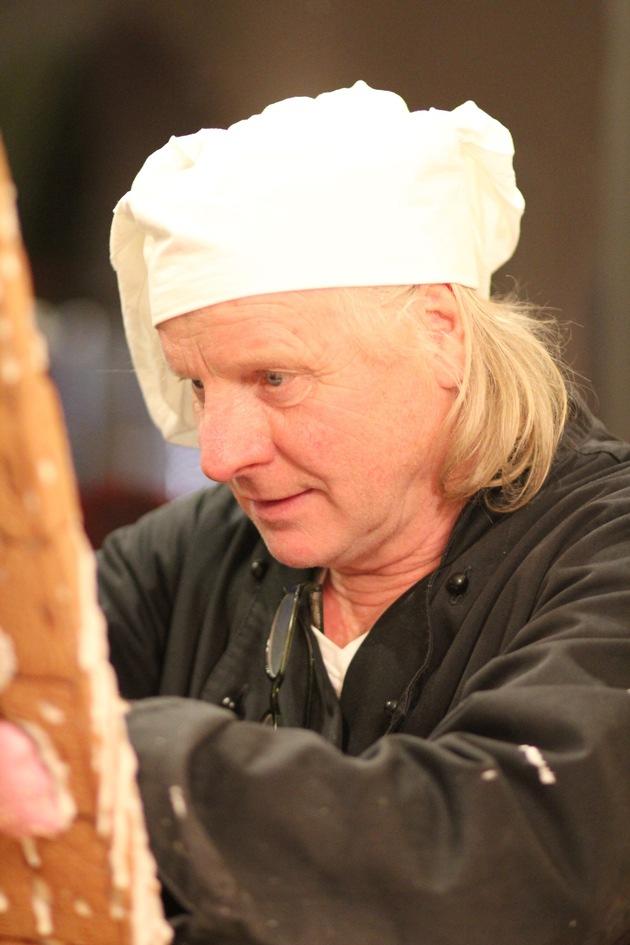 André Gerritzen beim Verzieren des Lebkuchenhauses.