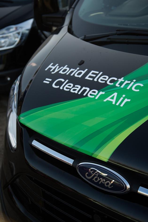 """Der Start der Serienproduktion des Ford Transit Custom PHEV ist als Teil des globalen Versprechens von Ford, seinen Kunden erschwingliche und leistungsfähige Elektrofahrzeuge anzubieten, für das Jahr 2019 vorgesehen. Der Ford Transit Custom PHEV hat einen fortschrittlichen Elektro-Antrieb an Bord, der auf einen emissionsfreien Betrieb mit einer Reichweite von mehr als 50 Kilometern ausgelegt ist. Als Range-Extender nutzt der Ford Transit Custom PHEV den mehrfach preisgekrönten Ford EcoBoost 1,0-Liter-Dreiyzlinder-Benzinmotor, der die Fahrzeug-Batterie auflädt, wenn längere Fahrten zwischen den Ladevorgängen anstehen. Weiterer Text über ots und www.presseportal.de/nr/6955 / Die Verwendung dieses Bildes ist für redaktionelle Zwecke honorarfrei. Veröffentlichung bitte unter Quellenangabe: """"obs/Ford-Werke GmbH"""""""