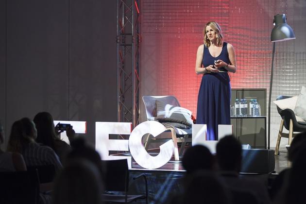 BILD zu OTS - https://www.apa-fotoservice.at/galerie/13797 Nadine Rigele vom APA-medialab gab auf der Tech Stage exklusive Einblicke in das Arbeiten mit Design Sprints.