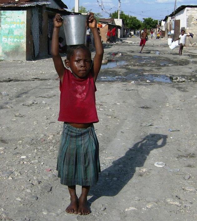 """Für einen Schluck sauberes Trinkwasser müssen in Haiti Menschen oft kilometerweit laufen. Weiterer Text über ots und www.presseportal.de/nr/104443 / Die Verwendung dieses Bildes ist für redaktionelle Zwecke honorarfrei. Veröffentlichung bitte unter Quellenangabe: """"obs/nph deutschland e. V."""""""