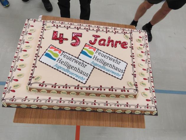 Die große Geburtstagstorte. (Foto: Feuerwehr Heiligenhaus)