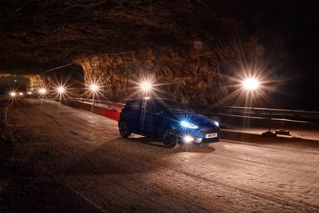 """Die Fahraufnahmen gewinnen durch die tunnelförmige Atmosphäre im Inneren der Miene zusätzlich an Dramaturgie. """"Das Salz verhält sich beim Fahren wie feiner Kies, der Untergrund ist ziemlich anspruchsvoll, besonders beim Fahren mit Serienbereifung"""", sagt Evans. """"Man erwartet, dass ein Salzbergwerk ein klaustrophobischer Ort ist, aber eigentlich ist genau das Gegenteil der Fall, es ist ein großartiges Terrain, um den neuen Ford Fiesta ST zu testen und zu genießen"""". Weiterer Text über ots und www.presseportal.de/nr/6955 / Die Verwendung dieses Bildes ist für redaktionelle Zwecke honorarfrei. Veröffentlichung bitte unter Quellenangabe: """"obs/Ford-Werke GmbH"""""""