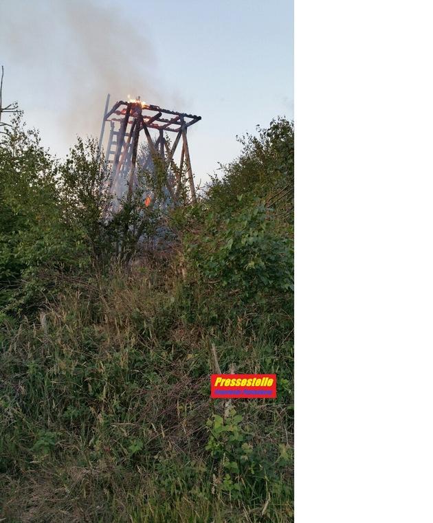 """FW-PL: Hochsitz brannte im Plettenberger Waldgebiet """"Hohe Molmert"""""""