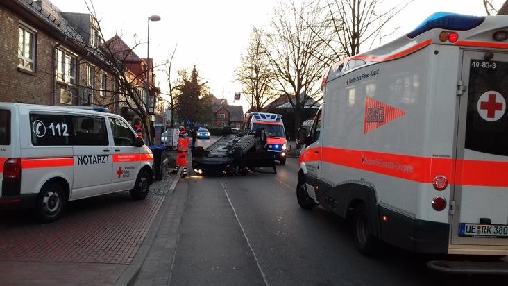 """Uelzen - """"spektakulärer Unfall"""" - Mercedes überschlägt sich beim Einparkmanöver - leicht verletzt"""