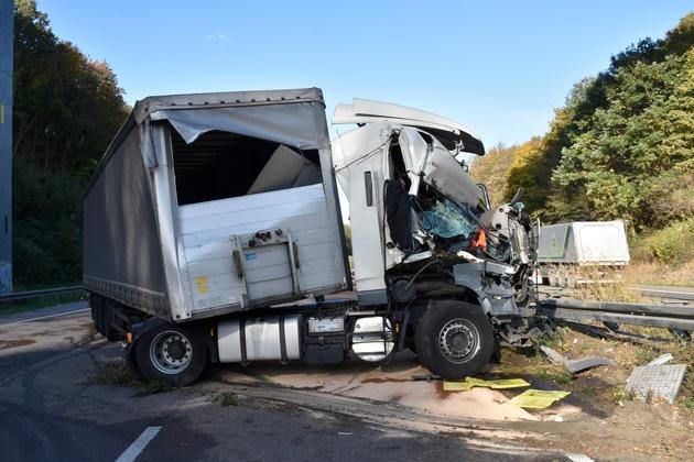 Der verunfallte LKW auf der A 45 Höhe Parkplatz Johannes Erbstollen