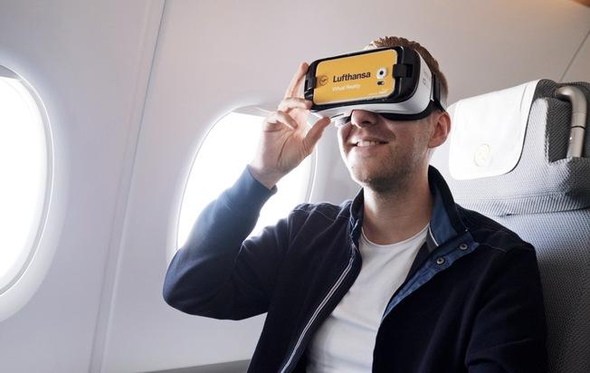 """Ein Fluggast in der Lufthansa Business Class nutzt eine Virtual Reality Brille von Samsung. Weiterer Text über ots und www.presseportal.de/nr/127378 / Die Verwendung dieses Bildes ist für redaktionelle Zwecke honorarfrei. Veröffentlichung bitte unter Quellenangabe: """"obs/3spin GmbH & Co. KG"""""""