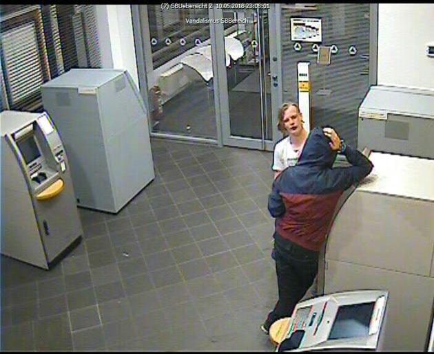 Bild zeigt Täter und Opfer im Automatenraum der Bankfiliale