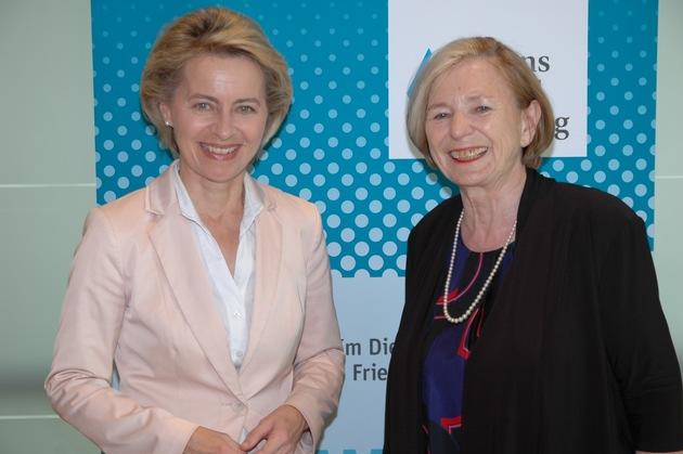 Bundesverteidigungsministerin Ursula von der Leyen und Stiftungsvorsitzende Ursula Männle