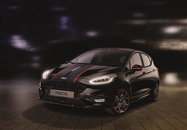 """Die Fiesta ST-Line """"Black"""" ist in """"Iridium-Schwarz Mica"""" lackiert. Hier sorgen zwei mattschwarze Rallye-Streifen, die durch hochglanz-rote Kanten hervorgehoben werden, für das unverwechselbare Styling. Weitere optische Highlights sind die markanten 17-Zoll-Leichtmetallräder in Schwarz mit roter Felgenumrandung, ein großer Heckspoiler in der jeweiligen Wagenfarbe sowie schwarze Außenspiegelkappen, die von einem horizontalen roten Streifen durchzogen werden. Weiterer Text über ots und www.presseportal.de/nr/6955 / Die Verwendung dieses Bildes ist für redaktionelle Zwecke honorarfrei. Veröffentlichung bitte unter Quellenangabe: """"obs/Ford-Werke GmbH"""""""