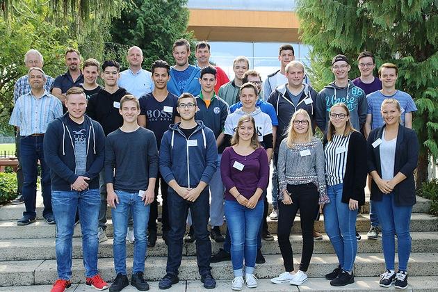 9 angehende Zimmerer, 3 Bauzeichner/innen, 2 Anlagenmechaniker, 2 Industriekauffrauen, 2 Maler und Lackierer, ein Feinwerkmechaniker und ein Elektroniker begannen heute ihre Ausbildung bei WeberHaus.