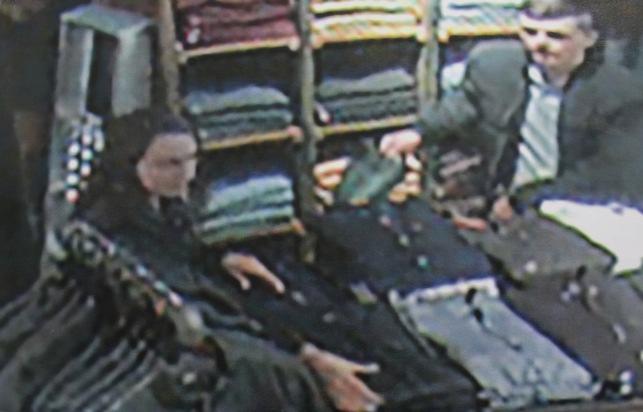 56 Hemden steckt das Paar in eine Tüte und entfernt sich (21. September).