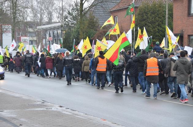 Demonstranten auf der Altländer Straße