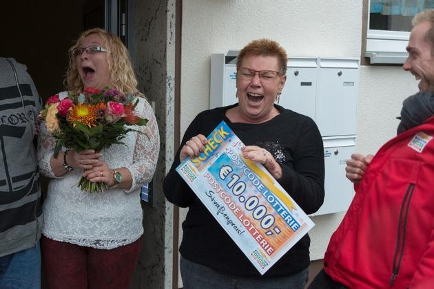 Straßenpreis-Gewinnerin Angelika und Tochter Yvonne sind ganz aus dem Häuschen. Postcode-Moderator Felix Uhlig (r.) freut sich mit. Fotocredit: ?Postcode Lotterie/Wolfgang Wedel?