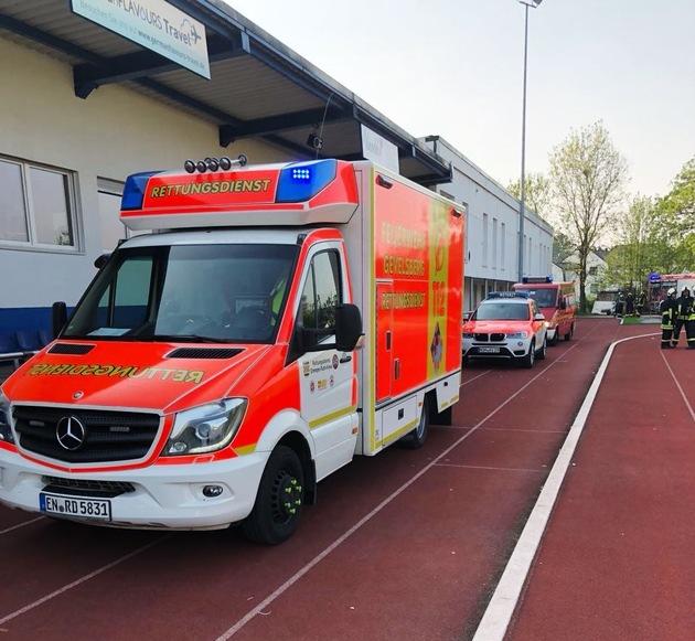 Rettungsdienst vor dem Sportplatz