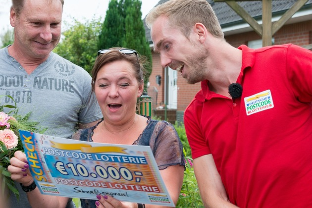 Und das war nur der erste Scheck mit 10.000 Euro. Denn Petra hat zwei Lose. Foto: Postcode Lotterie/Wolfgang Wedel