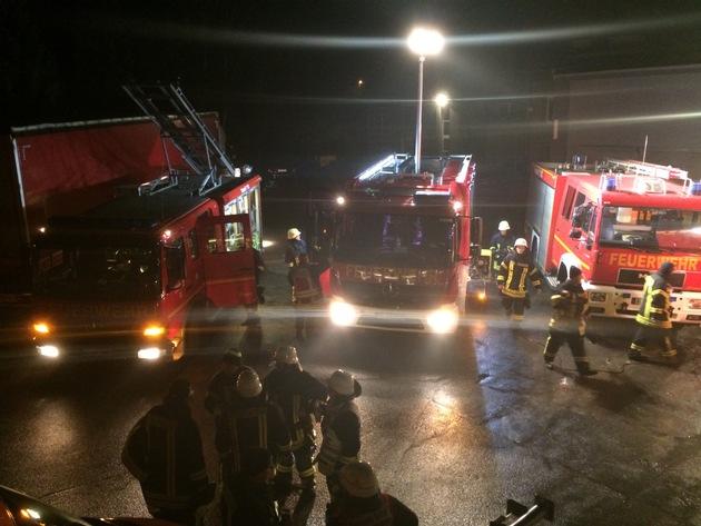 FW-Stolberg: Brand einer Lagerhalle mit Kfz-Werkstatt in voller Ausdehnung / Feuerschein in einer Fabrikhalle