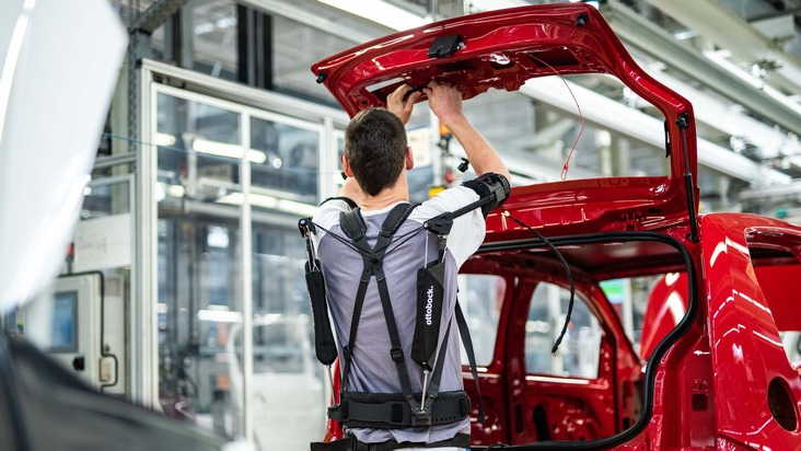 The exoskeleton Paexo by Ottobock is currently being tested with 30 employees at VW in Bratislava. (photo: Volkswagen)