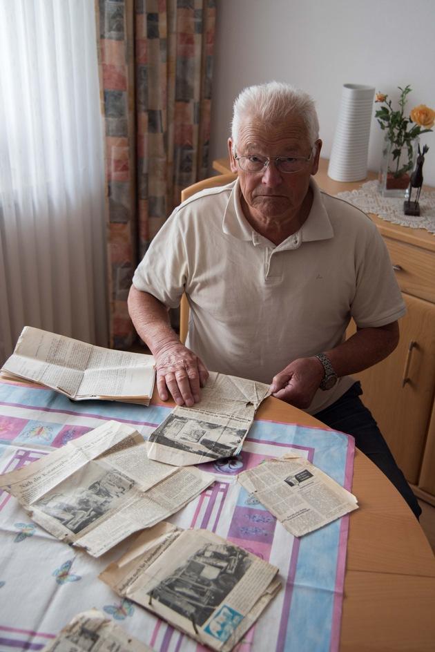 Reinhold Hammerschmidt mit Zeitungsausschnitten, die er nach dem Unglück gesammelt hat.  Foto: Karsten Grobbel