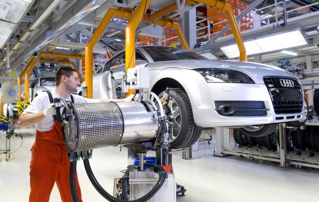 """Produktionsstart des neuen Audi TT Coupé heute bei Audi Hungaria: bewährte Verbindung zwischen Ingolstadt und Györ. Im Bild: Reifenmontage. Die Verwendung dieses Bildes ist für redaktionelle Zwecke honorarfrei. Abdruck bitte unter Quellenangabe: """"obs/Audi AG"""" Start of production of the new Audi TT Coupé at Audi Hungaria: a successful cooperation between Ingolstadt and Györ. Picture: tyre fitting"""