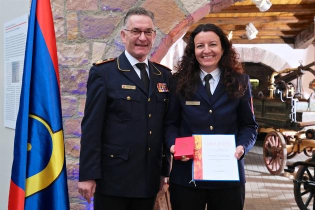 Auszeichnung durch Hartmut ZIEBS, Präsident des Deutschen Feuerwehrverbandes (DFV), an Andrea FÜRSTBERGER, Bayern