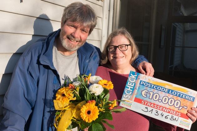 So sehen glückliche Gewinner aus! Martin und Amelia freuen sich über 10.000 Euro. Foto: Postcode Lotterie/Wolfgang Wedel