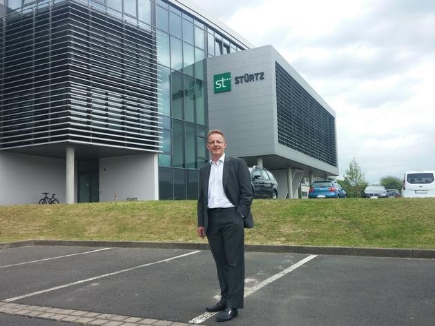Dr. Joachim Kuhn (Vorstandsvorsitzender va-Q-tec AG) vor dem neuen va-Q-tec Hauptsitz, ehemaliges Stürtz-Gebäude