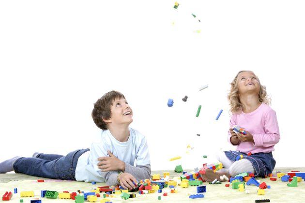 """Der LEGO® Stein wird 50. Fünf Jahrzehnte Spiel, Spaß und Kreativität. Am 28. Januar 1958 ließ Ole Kirk Christiansen, Gründer der heutigen LEGO Gruppe, den LEGO Stein in Kopenhagen patentieren. Damit legte er den Grundstein für die weltweite Erfolgsgeschichte der bunten Steine, die heute nicht mehr aus Kinderzimmern wegzudenken sind. Die Verwendung dieses Bildes ist für redaktionelle Zwecke honorarfrei. Abdruck bitte unter Quellenangabe: """"obs/LEGO GmbH"""""""