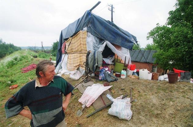 Viele Hochwasseropfer wie dieser Mann in  der Umgebung der Gemeinde Samborzec, haben in Notbehausungen in unmitelbarer Nähe ihrer überschwemmten Häuser Zuflucht gesucht FOTO: JUH / FALKO SIEWERT