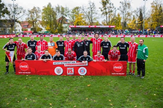 """Coca-Cola feiert am 11.11.2017 in Bückeburg das große Finale der Kampagne »Jetzt schreibt ihr Vereinsgeschichte"""". Amateurvereine in ganz Deutschland hatten die Chance auf unvergessliche Fußballerlebnisse und Vereinspreise. Durch das Sammeln möglichst vieler Aktionscodes aus den Coca-Cola, Coca-Cola Zero und Coca-Cola light Dosen und Flaschen konnten insgesamt 500 Preise erspielt werden. Einer der Hauptpreise war das Spiel gegen die FC Bayern Legends, das am Ende der TSV Hespe bestreiten durfte. Foto: Gero Breloer für Coca-Cola. Weiterer Text über ots und www.presseportal.de/nr/7974 / Die Verwendung dieses Bildes ist für redaktionelle Zwecke honorarfrei. Veröffentlichung bitte unter Quellenangabe: """"obs/Coca-Cola Deutschland/Gero Breloer für Coca-Cola"""""""