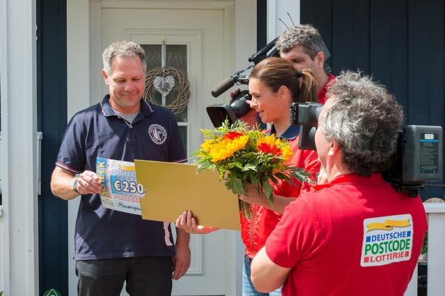 Der Moment, als Schmidt die Höhe der Gewinnsumme erfährt. Foto: Postcode Lotterie/Wolfgang Wedel