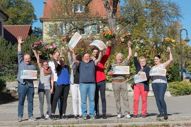 "So sieht Glück aus: Monatsgewinner Walter (6. v. links) mit Familie (2.-5. v. links), Postcode-Moderator Giuliano (4. v. rechts) und weiteren Monatsgewinnern. Foto: ""Postcode Lotterie/Wolfgang Wedel"""