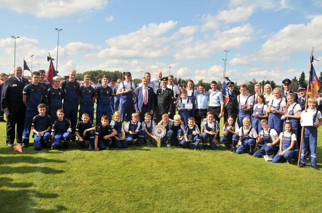 Die erst- und zweitplatzierten Teams aus Niedersachsen bei den Deutschen Meisterschaften der Jugendfeuerwehr.