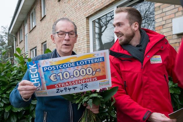 Fred aus Flensburg wurde natürlich auch mit dem Scheck überrascht. Foto: Postcode Lotterie/Wolfgang Wedel