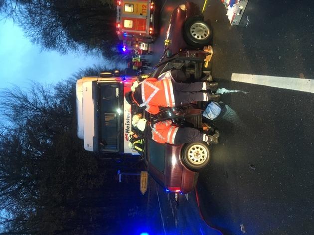 Die Fahrerin des Audi musste im Fahrzeug vom Rettungsdienst erstversorgt werden, ehe sie durch Öffnung der gesamten Fahrerseite aus dem Fahrzeug befreit wurde.