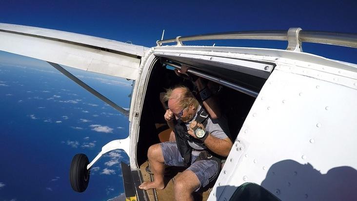 """Konny im freien Fall: Staffelauftakt von """"Die Reimanns - Ein außergewöhnliches Leben"""" am Montag bei RTL II / Auswanderer-Kumpel Sascha setzt Konny Flausen in den Kopf. Er erzählt ihm von einem Extrem-Fallschirm-Sprung aus über 7.000 Metern Höhe. Der Clou: Dort oben ist die Luft so dünn, dass man während der ersten Minute des freien Falls die Luft anhalten muss. / """"Die Reimanns - Ein außergewöhnliches Leben"""": Montag, 26. Februar 2018, um 21:15 Uhr bei RTL II / © RTL II - Recht zum Abdruck/Darstellung zeitlich/sachlich beschränkt auf die Bewerbung der Sendung. Weiterer Text über ots und www.presseportal.de/nr/6605"""""""
