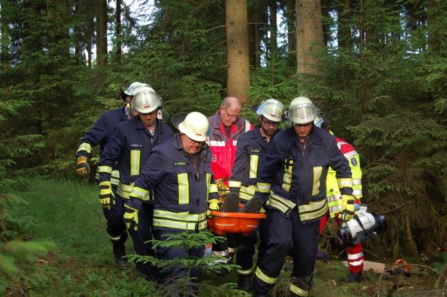 FW-OE: Wald und Holz NRW, Feuerwehr und Rettungsdienst probten Forst-Notrufsystem