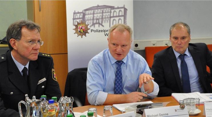 Polizeipräsident Michael Denne (Mitte) zusammen mit Kriminaldirektor Heiner Schmolzi (rechts) und Polizeidirektor Wolfgang Schäfer (links) bei der Vorstellung der Polizeilichen Kriminalstatistik für die Westpfalz.