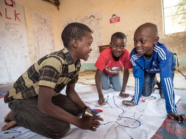 Kinder aus 36 Ländern beteiligten sich mit Feuereifer an den Konsultationen - hier Jungen aus Tansania. Foto: Roland Brockmann